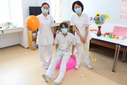 摂食・嚥下障害認定看護師(写真右)古川歩美 認知症看護認定看護師(写真左)長嶋真佑美(写真中央)大西力